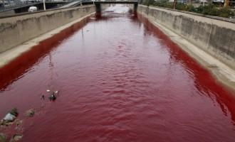 """Bejrútem protéká """"krvavá"""" řeka"""