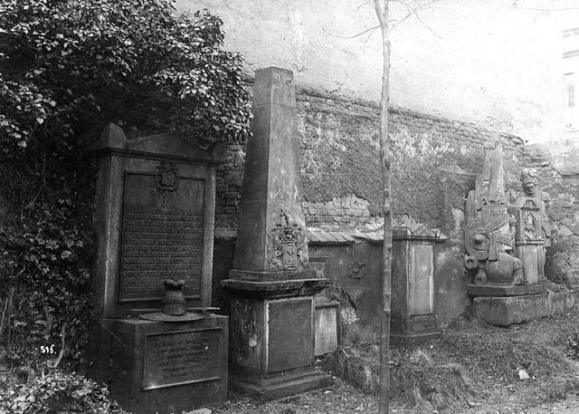 Zbytky vojenského hřbitova v Karlíně před 1. světovou válkou.