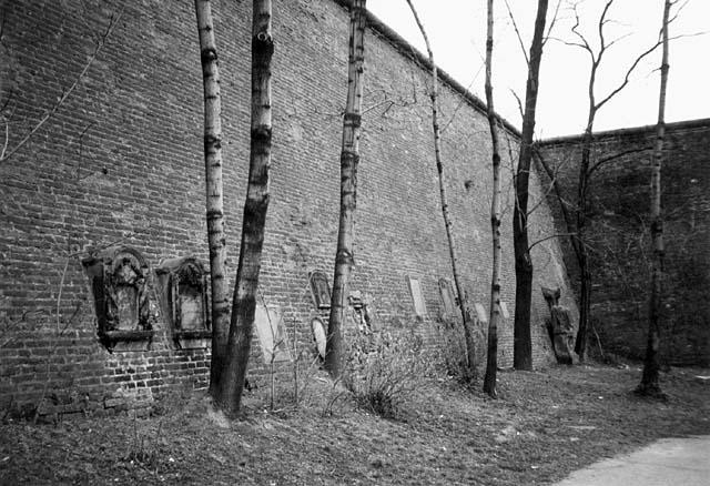 Zbytky vojenského hřbitova na Hradčanech, dnešní stav