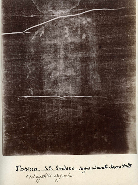 Otisk tváře Ježíše Krista, který připomíná fotografický negativ, je nezřetelný, sépiové barvy a pouhým okem je rozeznatelný při pohledu z větší vzdálenosti...