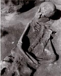 S rukama svázanýma za zády a useknutou hlavou. Tak byli pohřbení mrtví z Čelákovic.