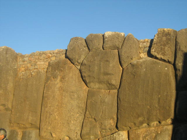 Hrany balvanů jsou zaoblené a stavby odolávají i ničivým zemětřesením. Kameny musely být na místo dopraveny z lomu vzdáleného asi 15 kilometrů...