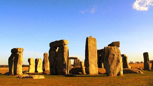 Stonehenge je postaven tak, že při rovnodennostech a slunovratech, stoupající slunce nad horizontem se objeví dokonale v mezeře mezi megality...