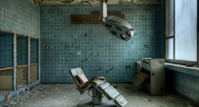 Tajemství opuštěné nemocnice: Prohánějí se po ponurých chodbách přízraky zemřelých?