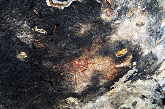 deset-tisic-let-stare-skalni-malby-zobrazuji-mimozemstany-a-ufo1
