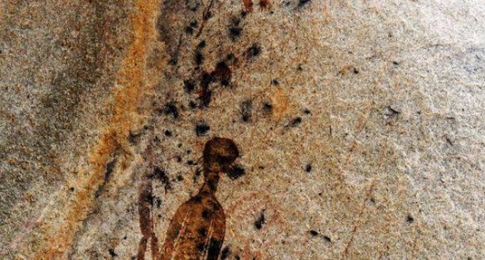 Deset tisíc let staré skalní malby zobrazují mimozemšťany a UFO