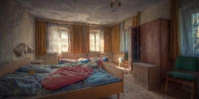 Opuštěný krušnohorský hotel šeredně ohlodává zub času