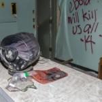 """""""Ebola nás všechny zabije,"""" hlásí nápis na stěně."""