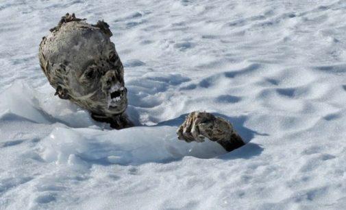 Kuriózní důsledek oteplování planety: Sníh odkrývá zamrzlé mumie