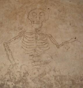 Malba kostlivce na zdi sklepení