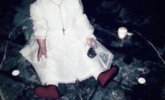 Toto je démonická panenka Peggy. Setkání s ní prý způsobuje fyzickou bolest.