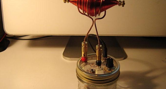 Muž zkonstruoval rádio Nikola Tesly. Když ho zapnul, vyděsil se a nevěřil vlastním uším
