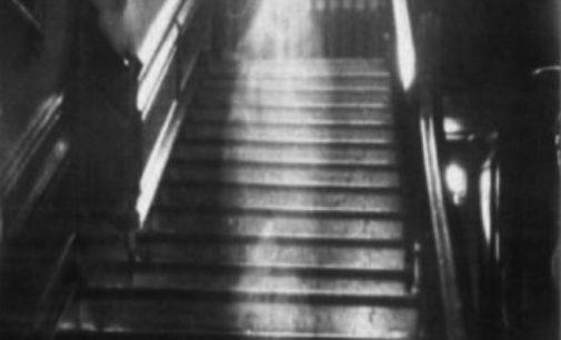 VIDEO: Nejslavnější fotografie ducha: kdo se na ní nachází?
