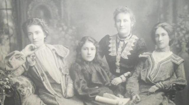 Margaret Clementová (vlevo), se sestrami Annou, Florou a Jeannie