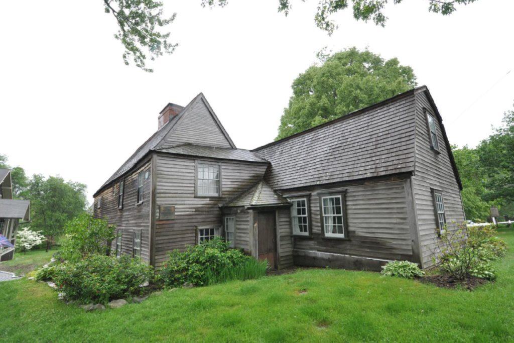 Nejstarší dům Ameriky je plný duchů rodiny, která v něm žije několik generací.